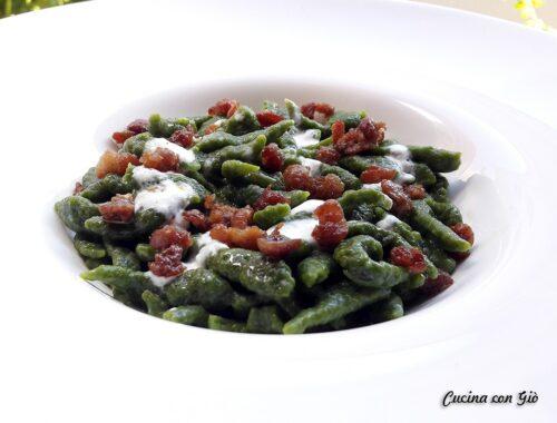 Spatzle agli spinaci con crema di burrata e salsiccia