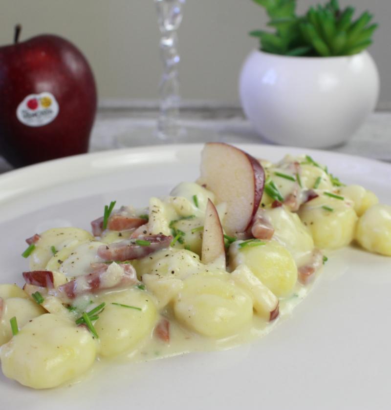 Gnocchi, fonduta al parmigiano e mele
